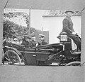 Foto van Koningin Wilhelmina in een rijtuig bij haar bezoek aan de boerderij Hol, Bestanddeelnr 252-8793.jpg