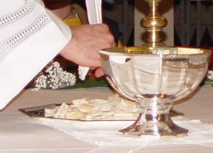 The Breaking of Bread (fractio panis) in the Eucharist at a Neocatechumenal Way celebration Fractio-panis1.JPG