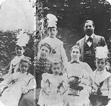 Familie Freud 1898. Vorne: Sophie, Anna and Ernst Freud. Mitte: Oliver und Martha Freud, Minna Bernays. Hinten: Martin und Sigmund Freud. (Quelle: Wikimedia)
