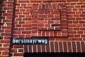Gerstmayrweg Hannover Straßenschild über dem Eingang von Acendis an der Klinkerbau Halle der Hackethal Draht- und Kabelwerke AG HDK von 1913.jpg
