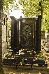 Grave in Montmartre (Source: Wikimedia)