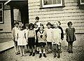 Groupe d'enfants devant l'école anglaise de Riverbend, Alma (Québec).jpg