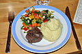Hakkebøf med kartoffelmos og salat (4266858524).jpg