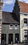 foto van Rechts naast het stadhuis een klein pand onder een zadeldak, vermoedelijk laat-middeleeuws