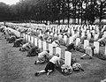 Herdenking strijd Arnhem, Airbornekerkhof, schoolkinderen versieren graven, Bestanddeelnr 906-7260.jpg