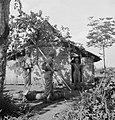 Het ontruimen van een omsingeld huis Doe het zó Sommeer eerst de wapens bin…, Bestanddeelnr 15837.jpg