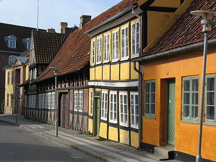 Holbaek, Zealand (17th century). Timber framed houses with bricks and paned glass windows. Holbaek - Gamle huse.JPG