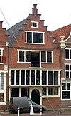 foto van Huis met gepleisterde topgevel op houten pui