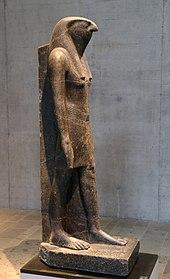 Staty av en man med ett falkhuvud