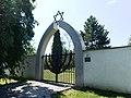 Hustopeče, židovský hřbitov, brána.jpg