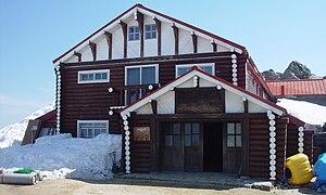 Mount Tsubakuro - Image: Hut Enzanso 2003 4 27