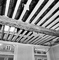 Interieur- een van de beschilderde moerbalken onder het vroeg-17de-eeuwse stucplafond op de verdieping - Brielle - 20042532 - RCE.jpg