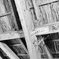 Interieur speelhuis, zolder, detail hoekijzers ter versteviging - Lisse - 20340657 - RCE.jpg