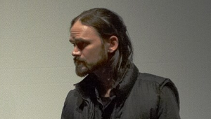 Daniel Faraday - Jeremy Davies's 2004 hairstyle is similar to that of Daniel in 1996