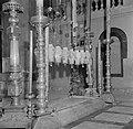Jeruzalem, oude stad. Heilig Grafkerk kandelaars en lampen boven de Steen van d, Bestanddeelnr 255-1667.jpg
