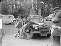 KNAC dames rit met belangrijke personen te Zeist. Verwisselen van band, Bestanddeelnr 903-9736.jpg