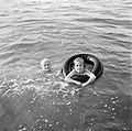 Kinderen zwemmend in een meer, Bestanddeelnr 252-3156.jpg