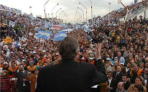 Peronism - Néstor Kirchner addressing a multitude at Gualeguaychú.