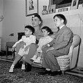 Koning Hussein met jongere familieleden, prins Hassan, prins Mohammad en prinses, Bestanddeelnr 255-5065.jpg