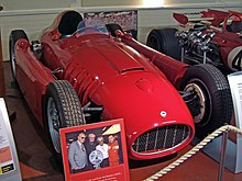 Photo de face d'une Lancia D50 rouge, en exposition