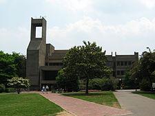 Gevel van de Lauinger-bibliotheek op halve afstand, vanaf de voorkant van Healy Hall.