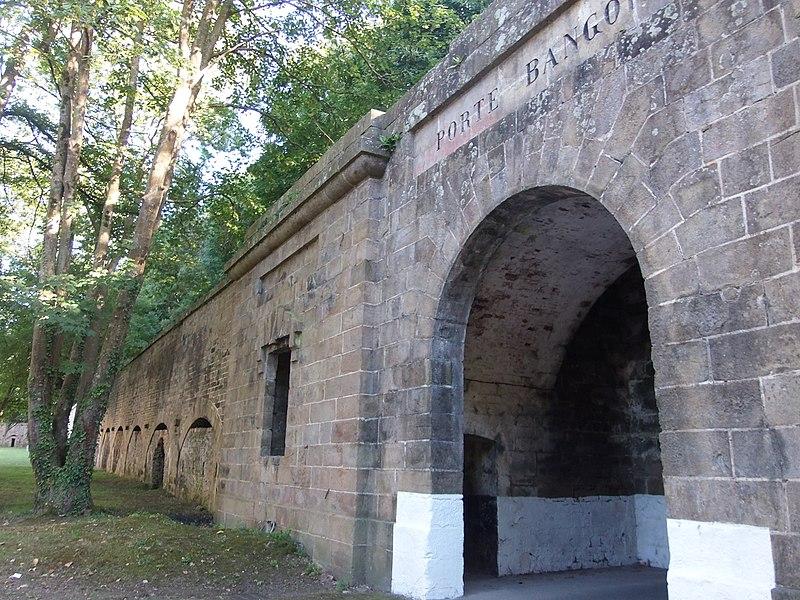Porte Bangor à Le Palais (Belle-Île-en-Mer, Morbihan, France), fortification d'agglomération des XVIIIe et XIXe siècles. Enceinte urbaine marquant l'entrée de la ville de Le Palais, par la route départementale 90 arrivant de Locamaria. Porte Bangor puis porte Vauban. Juillet 2015. Voir aussi fortifications.