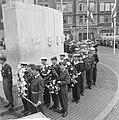 Leden van het leger en de marine wachten op hun beurt voor het leggen van bloeme, Bestanddeelnr 917-7274.jpg