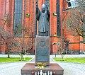 Legnica, pomnik papieza Jana Pawła II przed katedrą śś. Piotra i Pawła.jpg