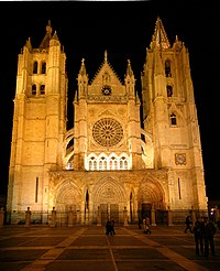 Leon cathedral facade night.jpg