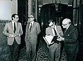 Leopoldo Calvo Sotelo junto con varios miembros de su gabinete y el diputado José María de Areilza en los pasillos del Congreso de los Diputados.jpeg