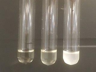En primär alkohol (1-propanol, till vänster), en sekundär alkohol (2-propanol) och en tertiär alkohol (2-metyl-2-propanol, till höger) efter att Lucas reagens tillsatts.