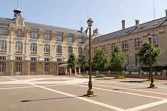 Lycée Voltaire (Paris) - Image: Lycée Voltaire Paris Cour d'honneur