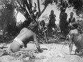 Män spela ett hasardspel kalla chuke, varvid markeras med pilar. Sydamerika. Bolivia - SMVK - 003901.tif
