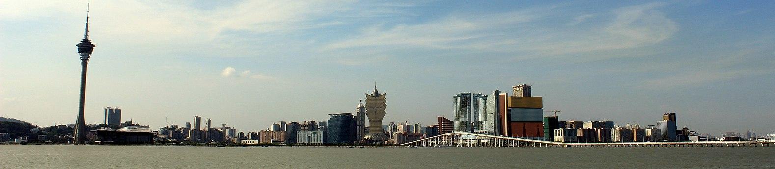 Macau skyline 2013 (panorama).JPG