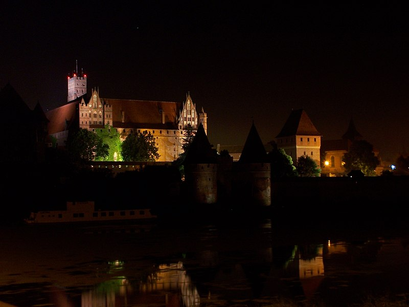 File:Malbork - Castle by night 02.JPG