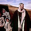 Man met kinderen voor een tent - Stichting Nationaal Museum van Wereldculturen - TM-20036608.jpg
