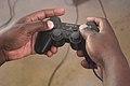Manette de playstation dans les mains.jpg