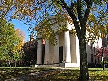 L'Hope College (sinistra) fu costruito nel 1822, mentre la Manning Hall (destra) nel 1834.