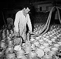Melkfabriek man vult de melkbussen, Bestanddeelnr 252-9447.jpg