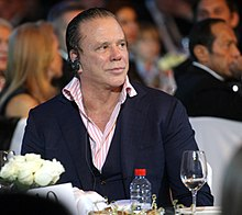 Photo de Mickey Rourke, attablé.