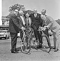 Minister Opperman in Nederland, hier met oudwielrenners v.l.n.r. Pijnenburg, Ble, Bestanddeelnr 917-8337.jpg