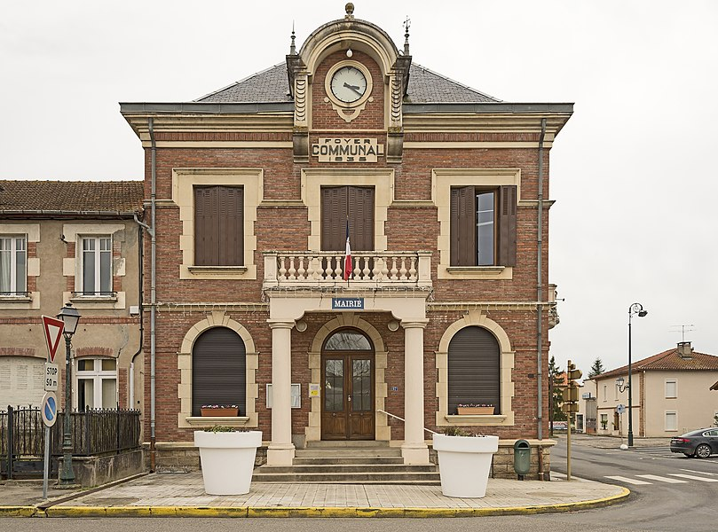 English:  Mirepoix-sur-Tarn. Facade of town hall.