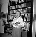 Moshe Sharett, voorzitter van de Jewish Agency, voor een boekenkast met in zijn , Bestanddeelnr 255-4723.jpg