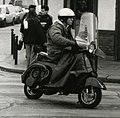 """Motorroller """"Vespa"""" im Stadteinsatz in Paris 1991.jpg"""