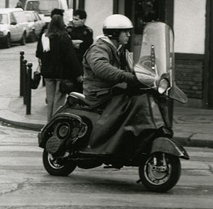 "Motorcycle commuting - Image: Motorroller ""Vespa"" im Stadteinsatz in Paris 1991"