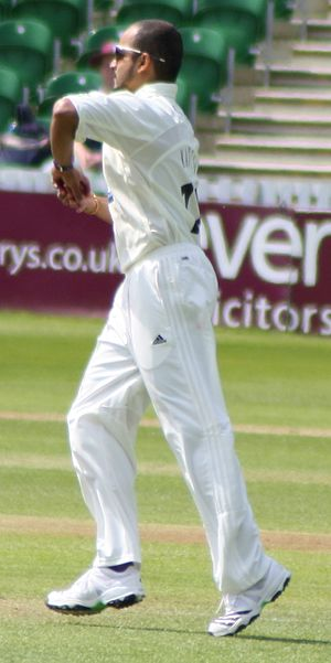 English: Murali Kartik bowling for Somerset du...