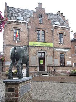 Museum van het Belgisch Trekpaard met het standbeeld Brillant 2014.JPG