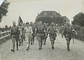 Nederlandse militairen en een deelneemster onderweg op het parcours van 40 km. t – F42129 – KNBLO.jpg