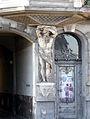 OPOLE kamienica na ul 1 Maja 15 -rzeźba na elewacji oraz ozdobna brama. sienio.jpg