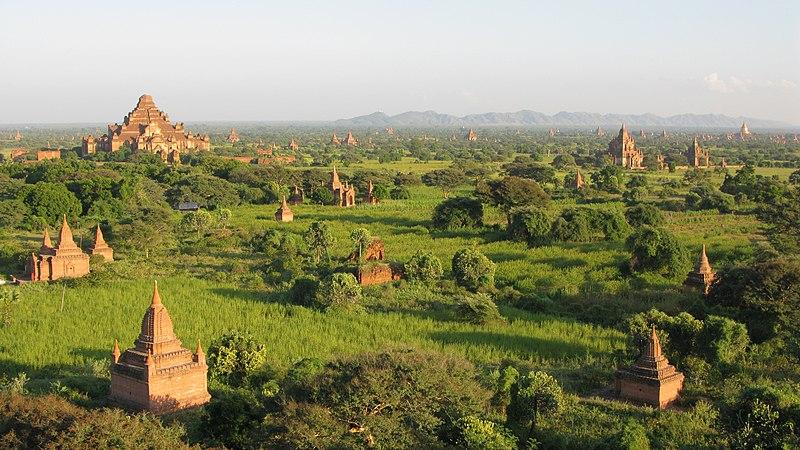 Bestand:Old Bagan, Myanmar, Bagan plains at sunset.jpg